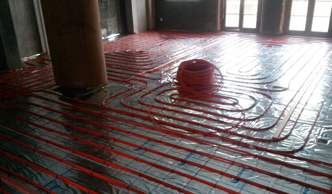 52、什么情况下需要水泥砂浆防潮层? 地暖加热盘管铺设在与土壤相邻的地板上时,绝热层以下应做水泥砂浆防潮层。 53、哪些地方需要设置防水层? 加热盘管设在潮湿房间(卫生间、厨房和游泳池等)的楼板上时,填充层以上应做防水层。 54、影响地暖有效散热量的因素有哪些? 地板散热量与管径、地面材料及厚度、填充层厚度、管间距、水温及室温有关。实际工 程中可忽略填充层厚度增加带来的散热量减小。地面材料及厚度对有效散热量影响最大。 55、是否所有民用和公共建筑都适合采用地暖? 地暖仅适合热工条件较佳的节能建筑,当建筑